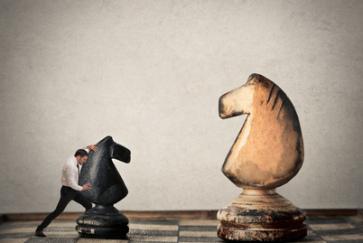 Businessmann spielt Schach